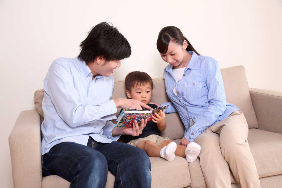 絵本を読むのを楽しんでいる家族