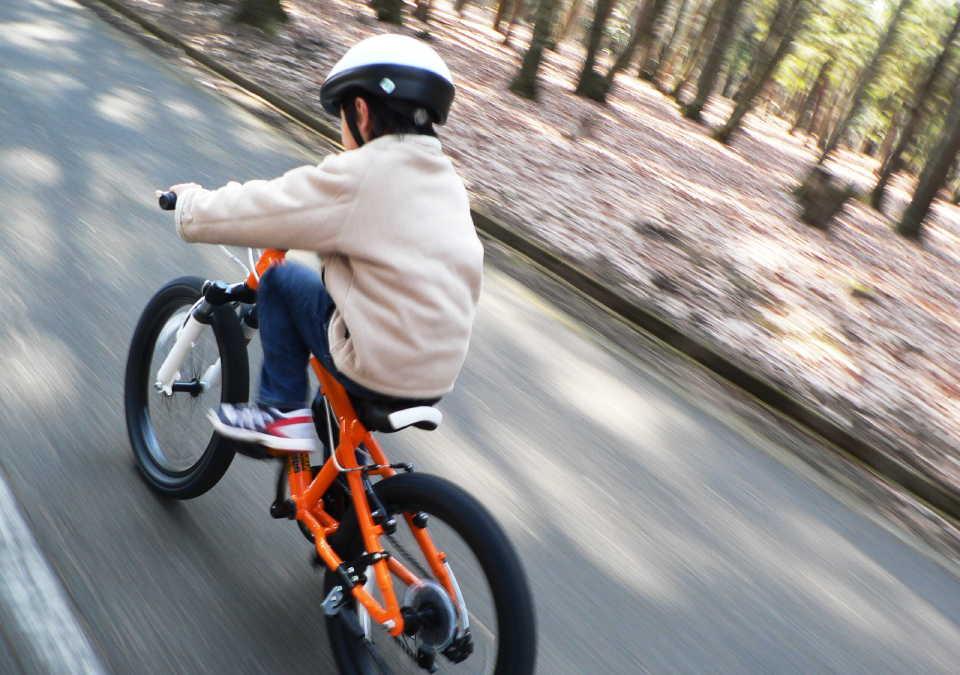マウンテンバイクで走っている少年
