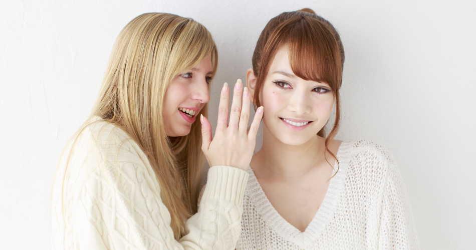 会話をしている2人の女性