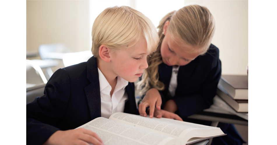 本を読んでいる少年少女